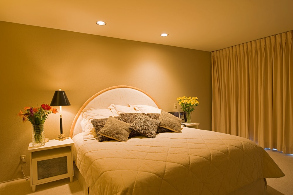 simlpe cosy bedroom with warm lighting